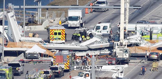 Mỹ: Sập cầu đi bộ 950 tấn mới xây, nhiều người thương vong - Ảnh 1.