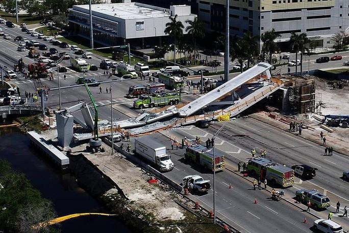 Mỹ: Sập cầu đi bộ 950 tấn mới xây, nhiều người thương vong - Ảnh 2.