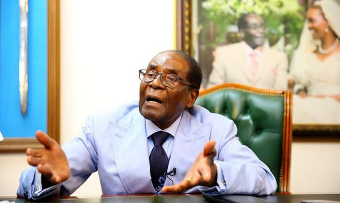 Bị lật đổ ở tuổi 93, ông Mugabe chưa chịu yên phận - Ảnh 1.