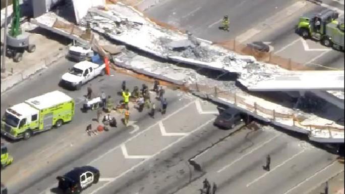 Mỹ: Sập cầu đi bộ 950 tấn mới xây, nhiều người thương vong - Ảnh 3.