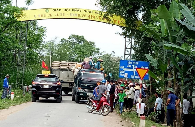 Người dân chặn đường xe chở rác vào bãi tập kết - Ảnh 1.