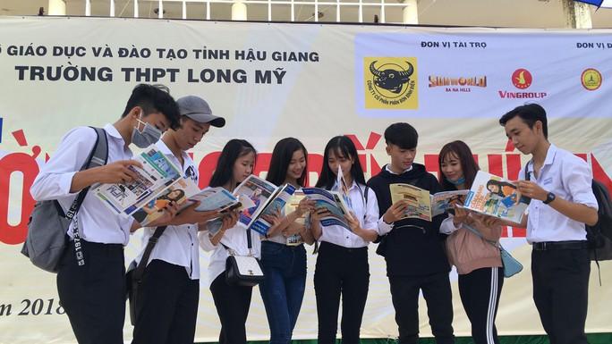 Cẩm nang Tuyển sinh 2018 của báo Người Lao Động đến tay độc giả - Ảnh 1.