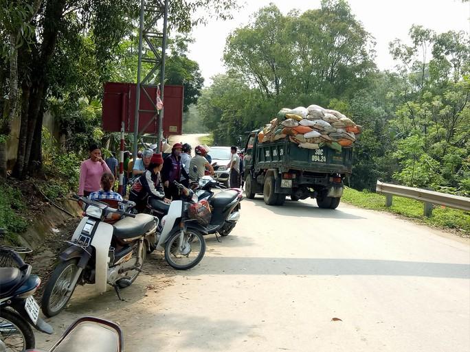 Người dân chặn đường xe chở rác vào bãi tập kết - Ảnh 3.