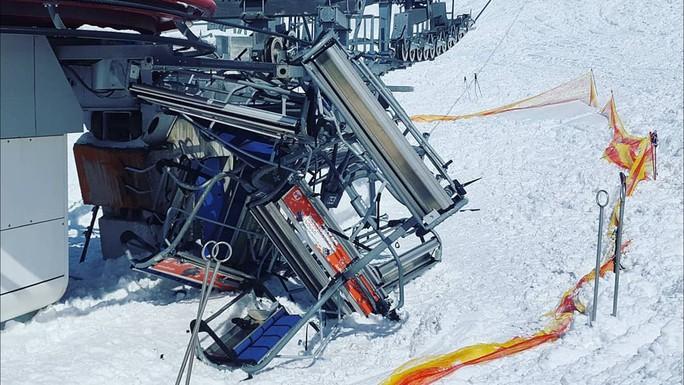 Cáp treo trượt tuyết hỏng, hàng chục người văng ra ngoài - Ảnh 1.