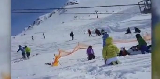 Cáp treo trượt tuyết hỏng, hàng chục người văng ra ngoài - Ảnh 2.