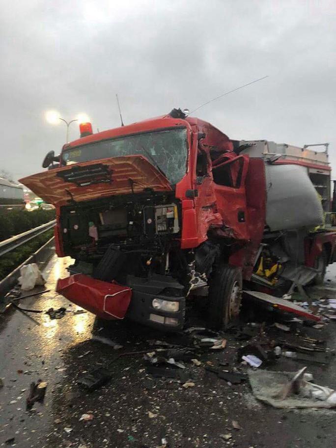 Xe chữa cháy va chạm xe khách trên cao tốc, 11 người thương vong - Ảnh 1.