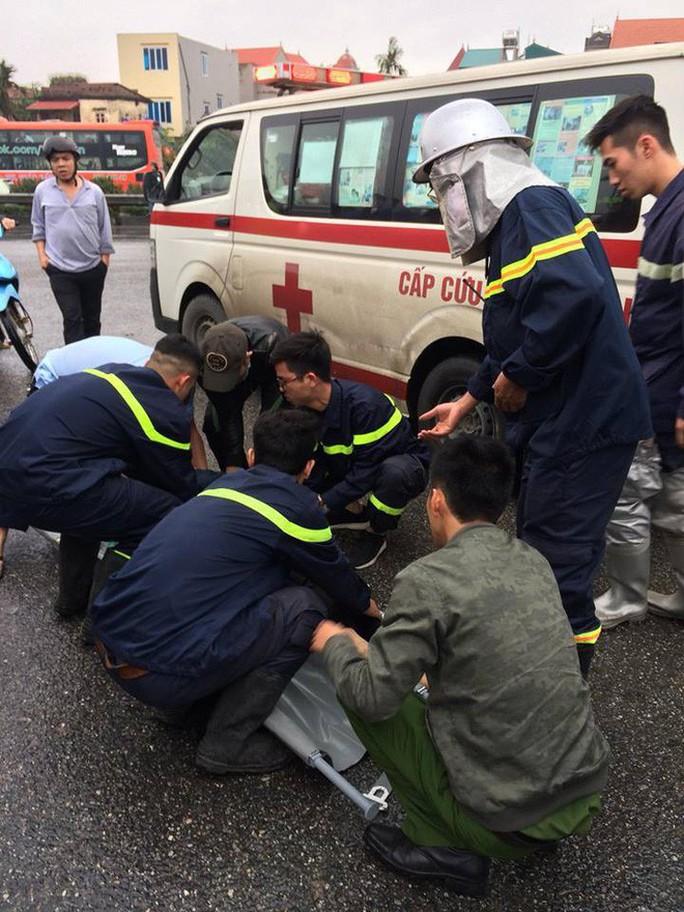 Xe chữa cháy va chạm xe khách trên cao tốc, 11 người thương vong - Ảnh 2.