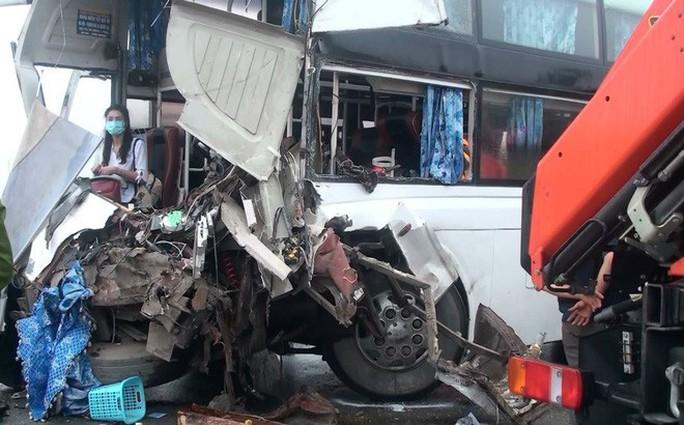 Xe chữa cháy va chạm xe khách trên cao tốc, 11 người thương vong - Ảnh 3.