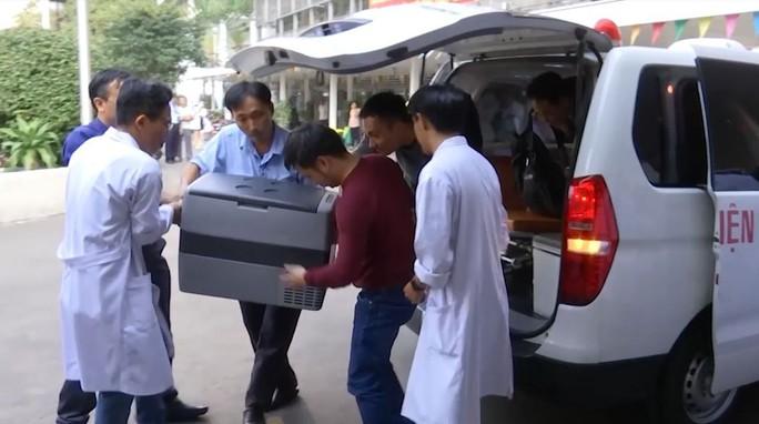CSGT mở đường đưa hai quả tim, thận về Bệnh viện Chợ Rẫy - Ảnh 1.