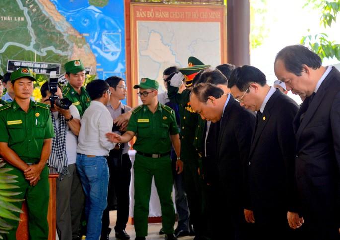 Thủ tướng Nguyễn Xuân Phúc viếng cố Thủ tướng Phan Văn Khải - Ảnh 1.