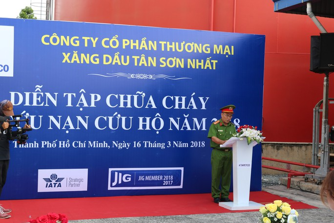 Cận cảnh diễn tập cứu kho xăng ở sân bay Tân Sơn Nhất - Ảnh 4.