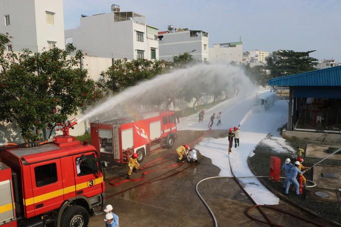 Cận cảnh diễn tập cứu kho xăng ở sân bay Tân Sơn Nhất - Ảnh 1.