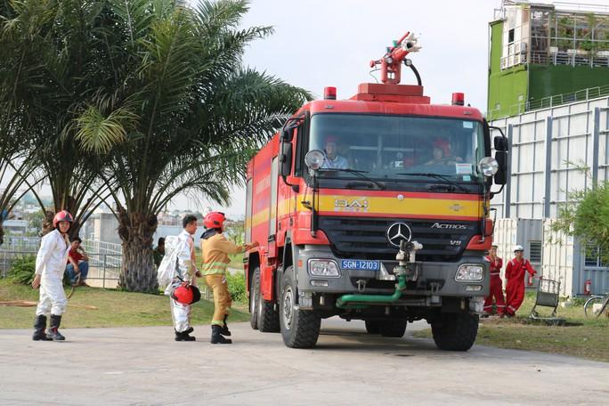 Cận cảnh diễn tập cứu kho xăng ở sân bay Tân Sơn Nhất - Ảnh 3.