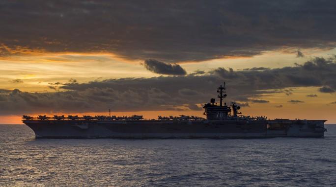 Hình ảnh mới nhất trên Biển Đông của tàu sân bay Mỹ sắp đến Việt Nam - Ảnh 4.