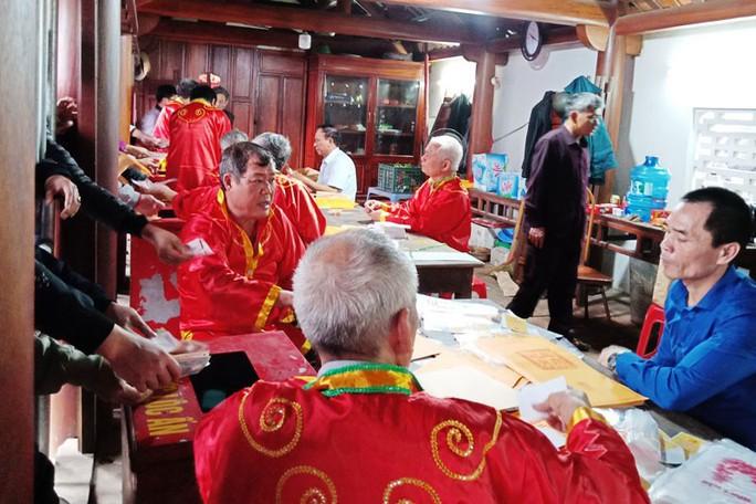 Xô bồ khai ấn đền Trần - Ảnh 1.