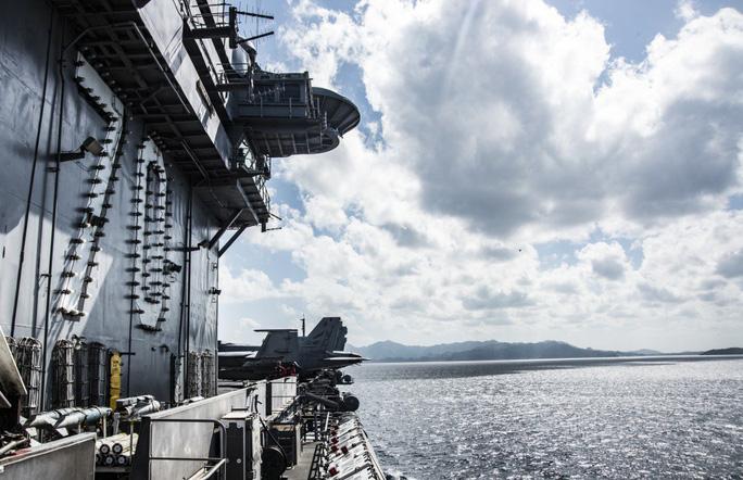 Hình ảnh mới nhất trên Biển Đông của tàu sân bay Mỹ sắp đến Việt Nam - Ảnh 2.