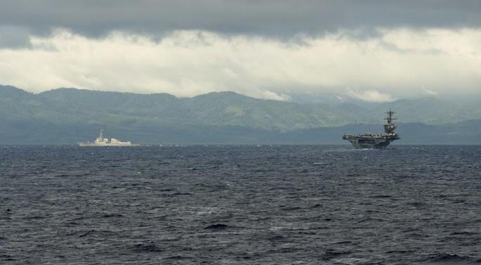 Hình ảnh mới nhất trên Biển Đông của tàu sân bay Mỹ sắp đến Việt Nam - Ảnh 1.