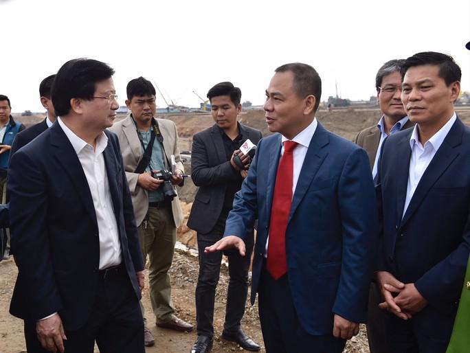 Phó Thủ tướng Trịnh Đình Dũng mong sớm có ô tô Vinfast cạnh tranh với xe nhập khẩu - Ảnh 2.