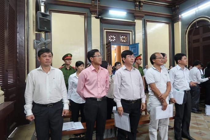 Bát nháo bên ngoài phòng xử cựu lãnh đạo Navibank - Ảnh 2.