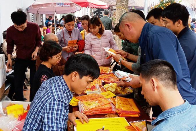 Hàng ngàn người đội mưa hàng giờ xin ấn đền Trần - Ảnh 16.