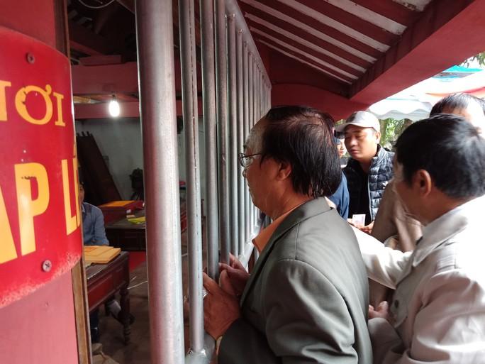 Hàng ngàn người đội mưa hàng giờ xin ấn đền Trần - Ảnh 6.