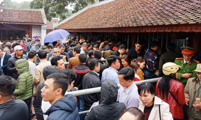 Hàng ngàn người đội mưa hàng giờ xin ấn đền Trần - Ảnh 2.
