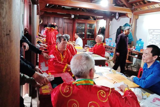 Hàng ngàn người đội mưa hàng giờ xin ấn đền Trần - Ảnh 11.