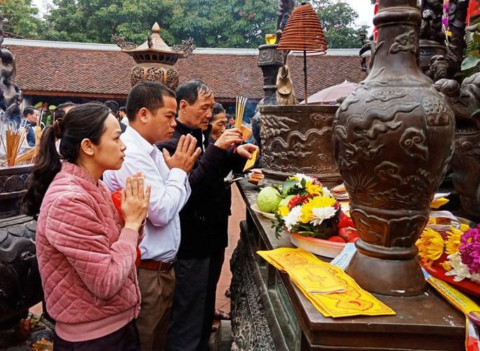 Hàng ngàn người đội mưa hàng giờ xin ấn đền Trần - Ảnh 13.