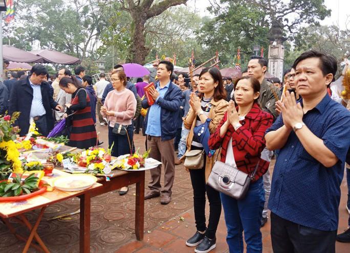 Hàng ngàn người đội mưa hàng giờ xin ấn đền Trần - Ảnh 12.
