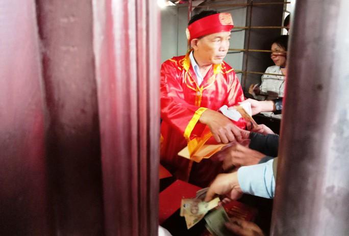 Hàng ngàn người đội mưa hàng giờ xin ấn đền Trần - Ảnh 9.