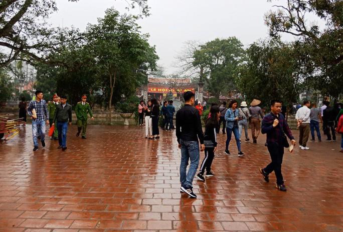 Hàng ngàn người đội mưa hàng giờ xin ấn đền Trần - Ảnh 17.
