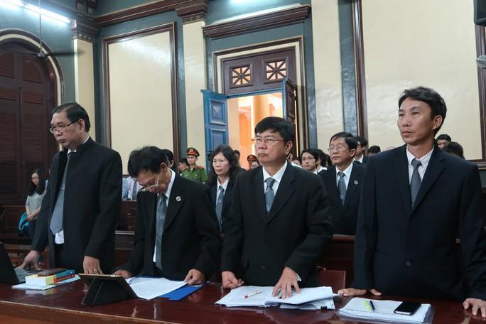 Bát nháo bên ngoài phòng xử cựu lãnh đạo Navibank - Ảnh 1.