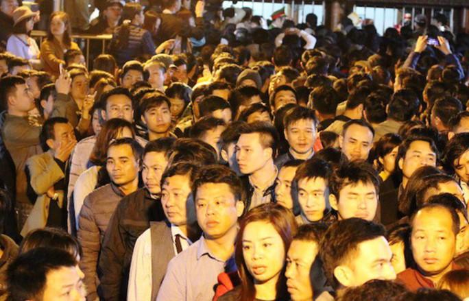 Hàng ngàn người đội mưa hàng giờ xin ấn đền Trần - Ảnh 3.