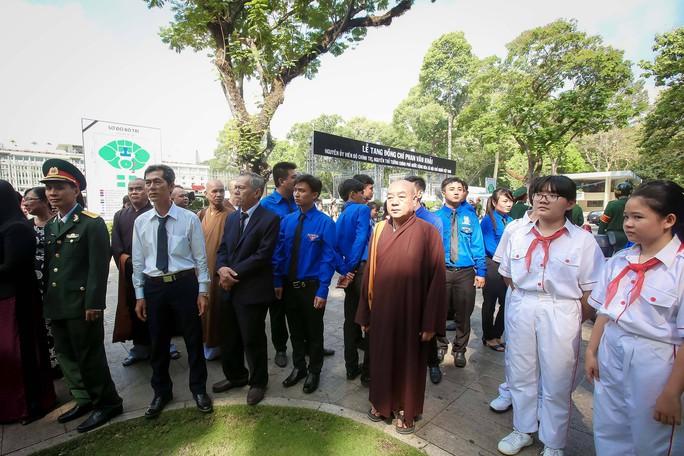 Đi xe khách từ rạng sáng chờ viếng nguyên Thủ tướng Phan Văn Khải - Ảnh 4.