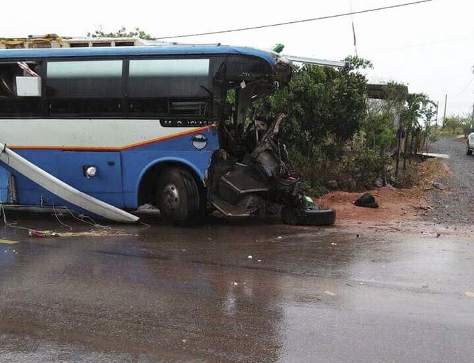 Xe khách tông xe tải, 3 người chết, nhiều người bị thương - Ảnh 1.