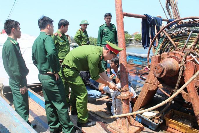 Giải cứu 4 ngư dân bị bắt, xích trói trên tàu cá - Ảnh 4.