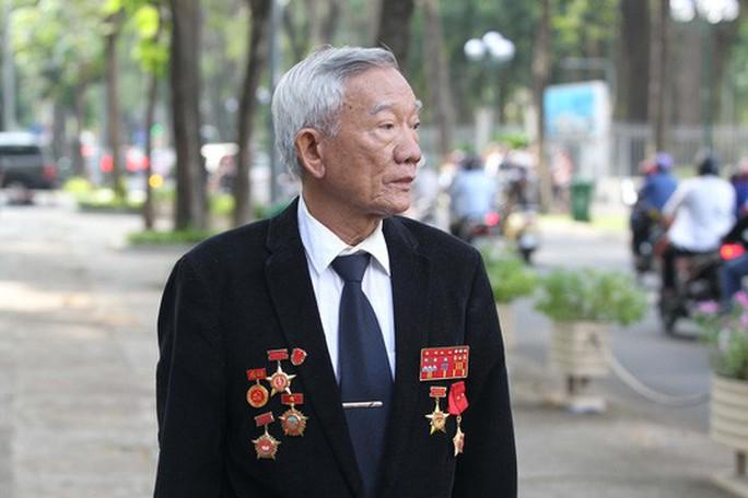 Đi xe khách từ rạng sáng chờ viếng nguyên Thủ tướng Phan Văn Khải - Ảnh 3.
