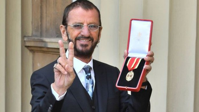 Tay trống huyền thoại của Beatles sung sướng nhận tước Hiệp sĩ - Ảnh 1.