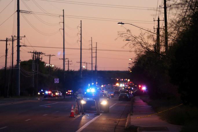 Nghi phạm vụ nổ bom hàng loạt ở Texas chết vì bom - Ảnh 1.