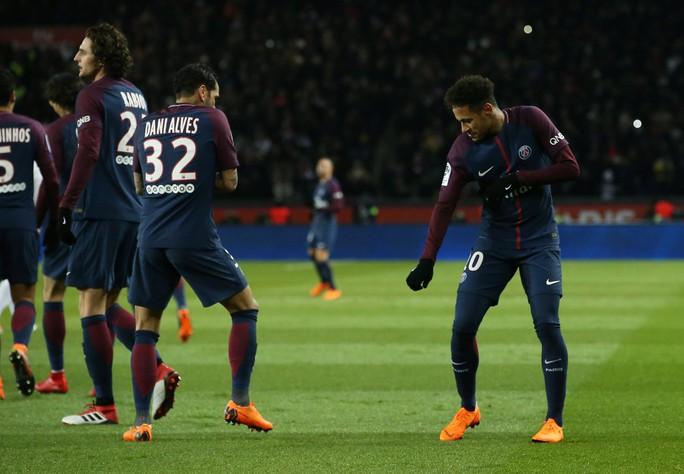 Neymar chống nạng đi đêm với bạn gái - Ảnh 5.