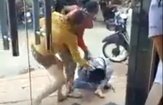 Truy tìm tung tích 2 phụ nữ đánh người dã man trên phố - Ảnh 1.