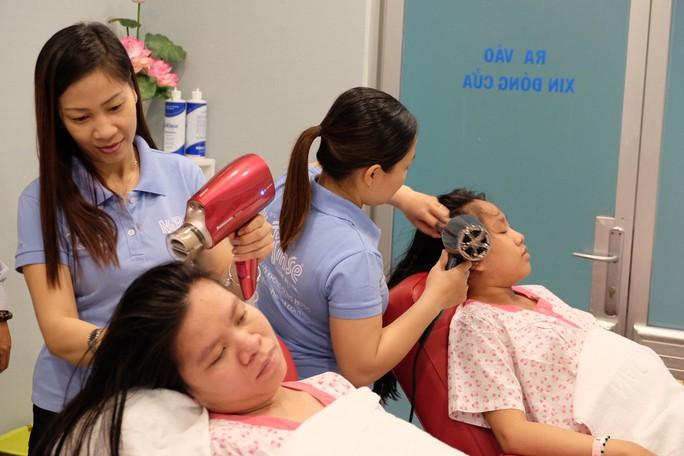 Đi sinh, bà bầu được gội đầu, massage miễn phí - Ảnh 1.