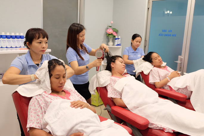 Đi sinh, bà bầu được gội đầu, massage miễn phí - Ảnh 2.