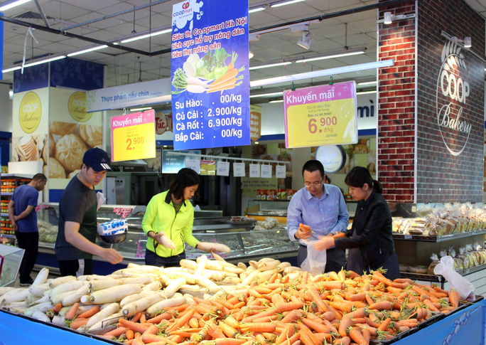Hàng loạt siêu thị tham gia giải cứu củ cải, su hào - Ảnh 2.