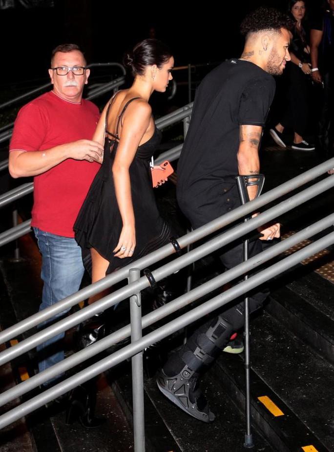 Neymar chống nạng đi đêm với bạn gái - Ảnh 4.