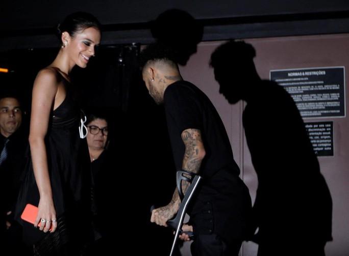 Neymar chống nạng đi đêm với bạn gái - Ảnh 2.
