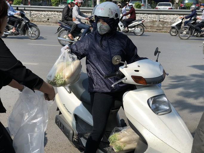 Chùm ảnh: Người Hà Nội nhiệt tình giải cứu củ cải - Ảnh 12.