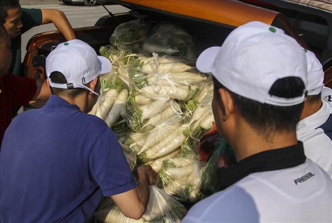 Chùm ảnh: Người Hà Nội nhiệt tình giải cứu củ cải - Ảnh 15.