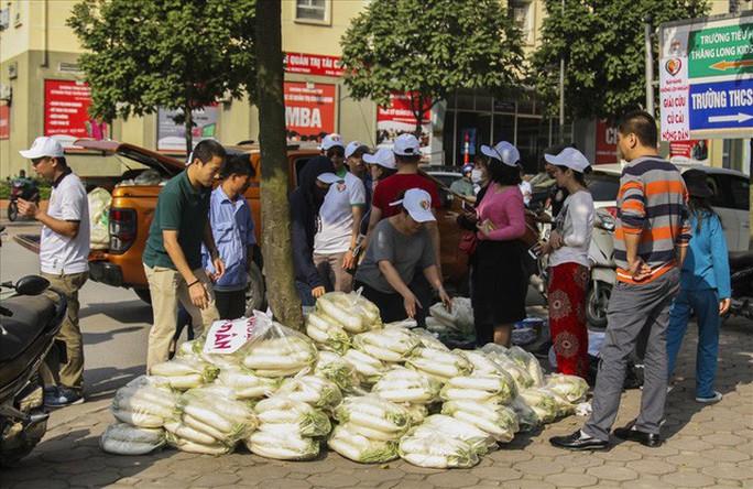 Chùm ảnh: Người Hà Nội nhiệt tình giải cứu củ cải - Ảnh 17.
