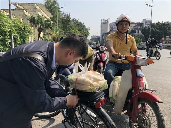 Chùm ảnh: Người Hà Nội nhiệt tình giải cứu củ cải - Ảnh 5.
